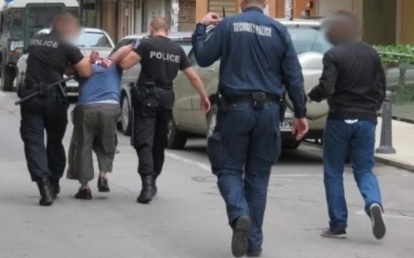 """Неопитни """"актьори"""" са се опитали да преметнат полицейските служители във"""