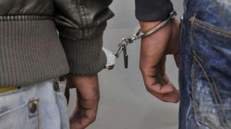 Полицейски служители са хванали двама мъже с наркотици при спецакция