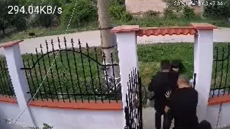 Ексклузивно видео показва как побеснелият баща от София нахлува в