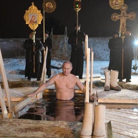Президентът на Русия Владимир Путин се потопи, гол до кръста,