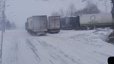 Усложнена е пътната обстановка в страната, силен снеговалеж има в