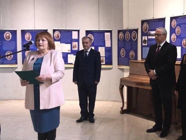 Снимка: Малина Николова откри изложба за Търновската конституция /снимки/