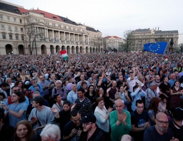 Десетки хиляди унгарци участваха в протеста срещу правителствения контрол над