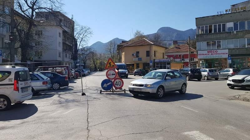 Временно е ограничено движението по натоварена улица във Враца, научи