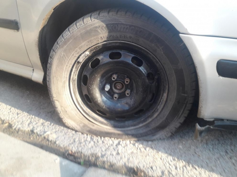 Неизвестен извършител е унищожил с остър предмет осем гуми на