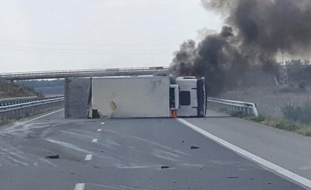 """Камион се е обърнал и пламнал на АМ """"Тракия"""" малко"""