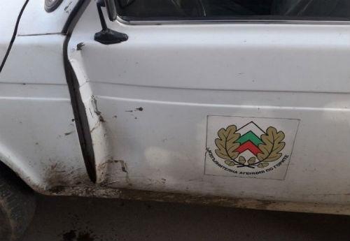 Пиян удари служебна кола на горските служители, избяга и се скри в село Долна Рикса