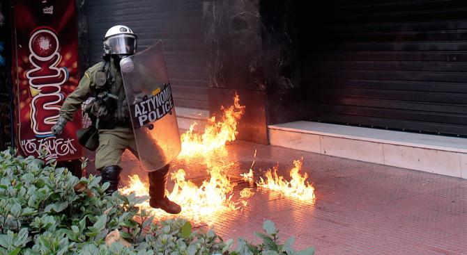 """Светкавично нападение с коктейли """"Молотов"""" са извършили маскирани лица над"""