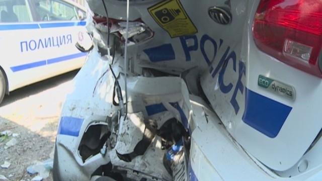 Пиян и без книжка потроши три патрулни автомобила при опит
