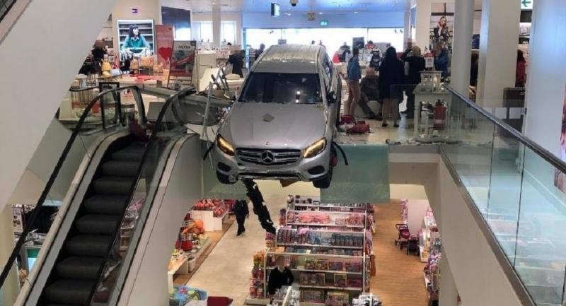 Автомобил се заби в търговски център в Хамбург с пълна