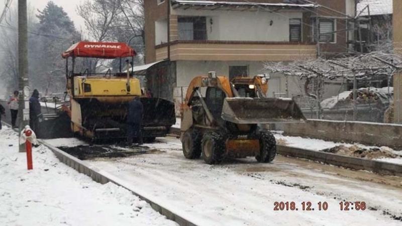 Строителни машини премахват асфалта, полаган на снега във велинградския квартал