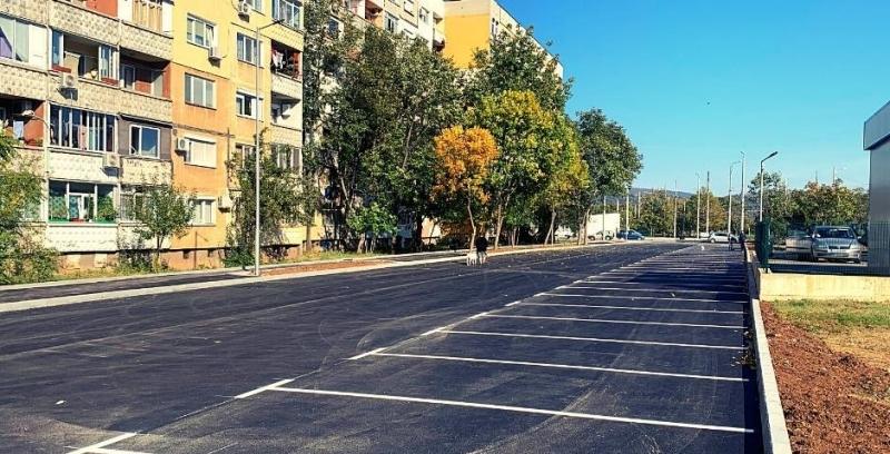 Напълно готов е новият паркинг с 51 места пред блоковете