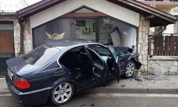 25-годишен син на бивш полицай заби автомобила си във витрината