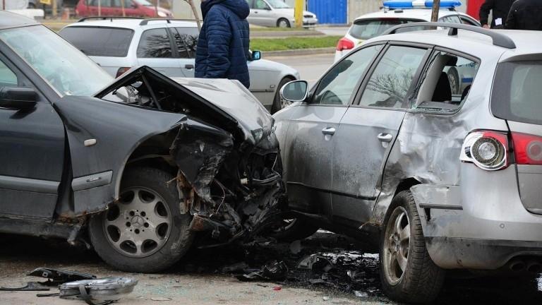 Младо момиче е пострадало при катастрофа във Варна, съобщиха от