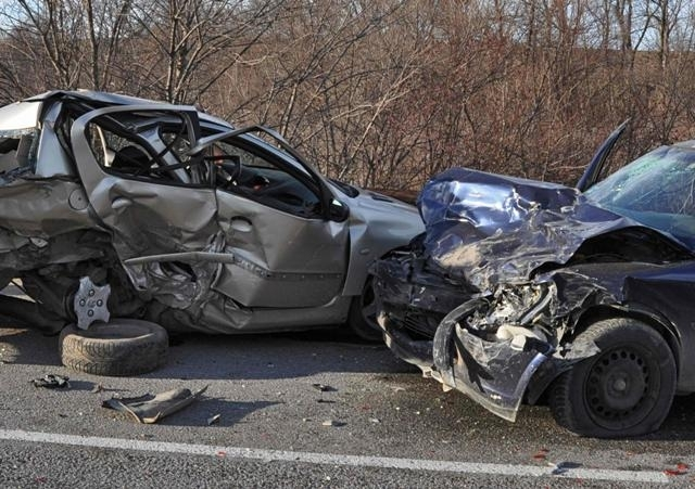 Трима са пострадали при катастрофа на пътя В. Търново –