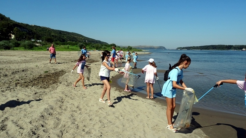 Мащабно почистване на най-дългата плажна ивица в Поморие стартира тази
