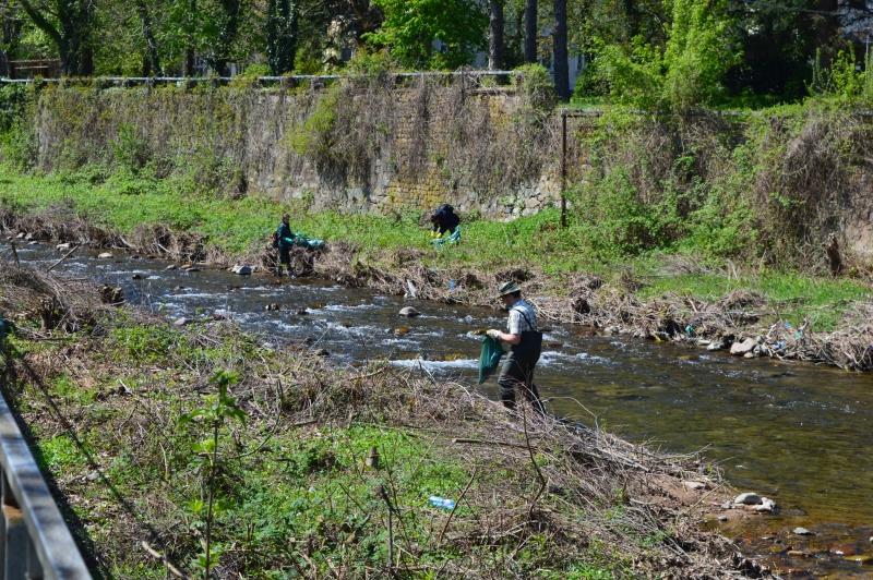 Акция по почистване на битови отпадъци на река Ботуня във