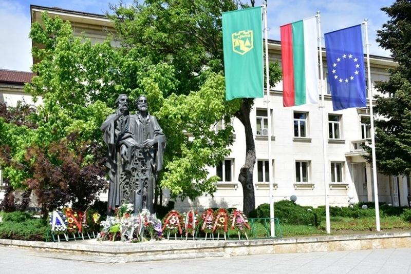 Кметът на Враца Калин Каменов поднесе цветя пред паметника на
