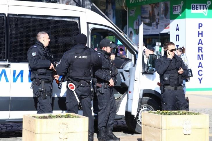 Изнервен мъж откри стрелба с газов пистолет по част от