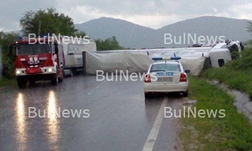 Трагедия на пътя! Мъж загина след адски сблъсък на ТИР в кола