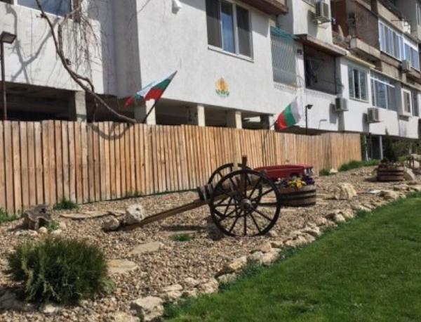 """По инициатива на живущи във варненския квартал """"Младост"""" градинката пред"""