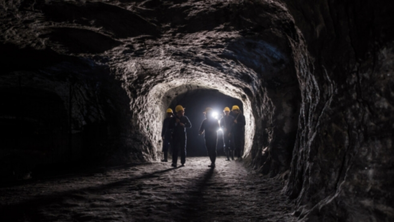 Двайсет и един миньори останаха блокирани под земята в наводнена