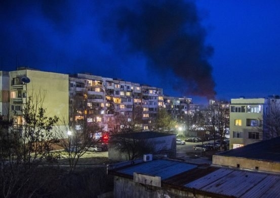 Сметището зад спортната зала в Козлодуй се запали вчера около
