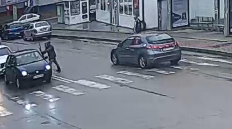 Мъж от Враца е счупил стъкло на кола на свой