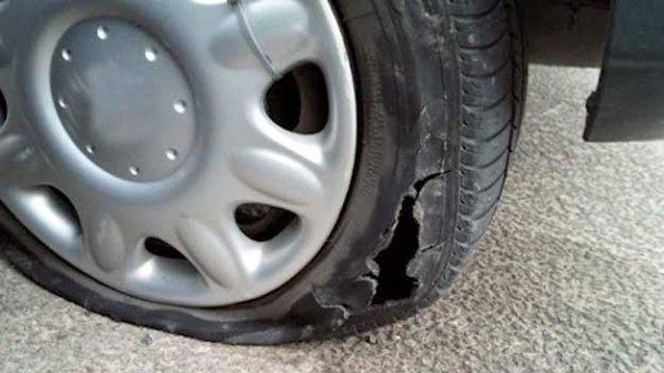 Автоджамбазин задигна кола, спука гума и я заряза