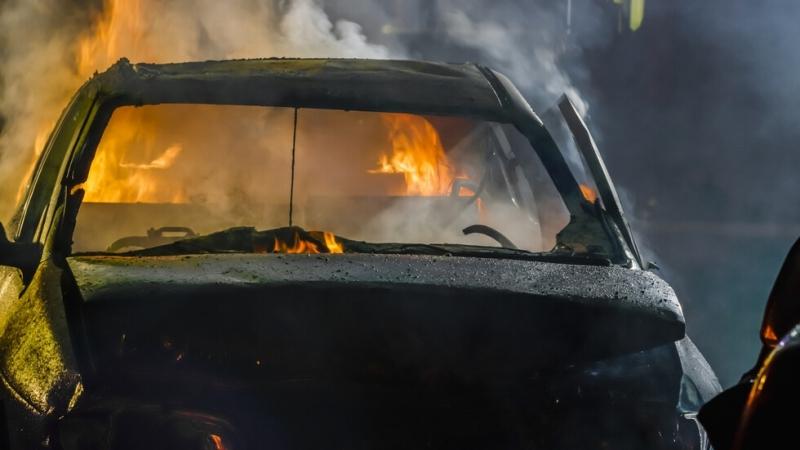 Снимка: Пожар избухна в автоморга в Хасково, горят десетки автомобили