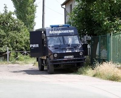 Няколко микробуса на жандармерията от София и десетки полицаи от