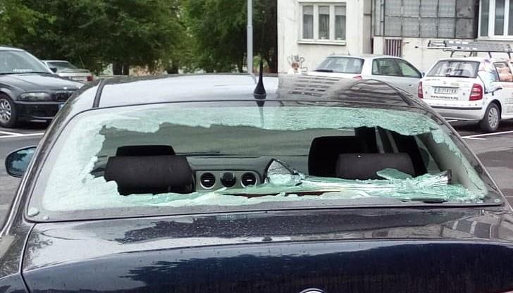 Неизвестен е потрошил задното стъкло на кола в Мездра, съобщиха