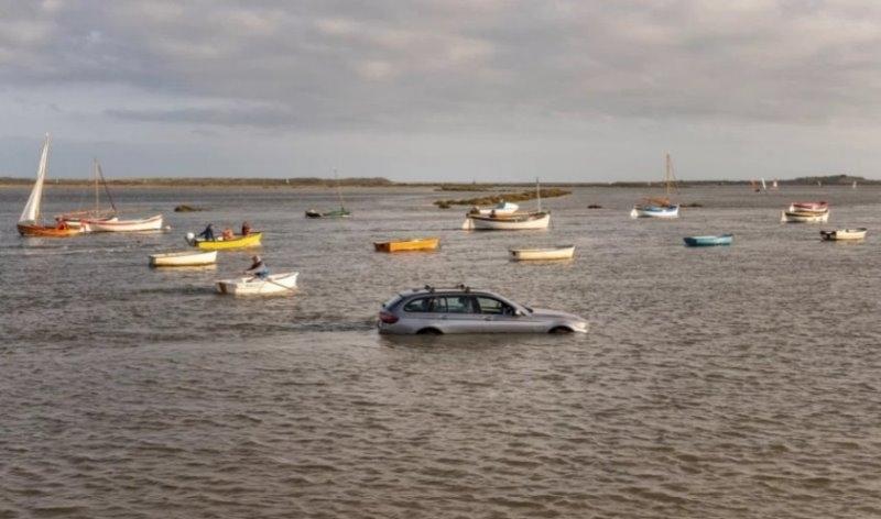 Мъж откри колата си във вода и заобиколена от лодки,