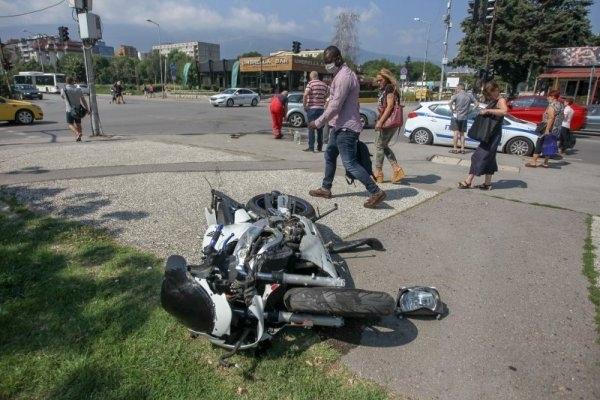 Разсеяна шофьорка предизвика катастрофа с моторист в Берковица, научи BulNews.