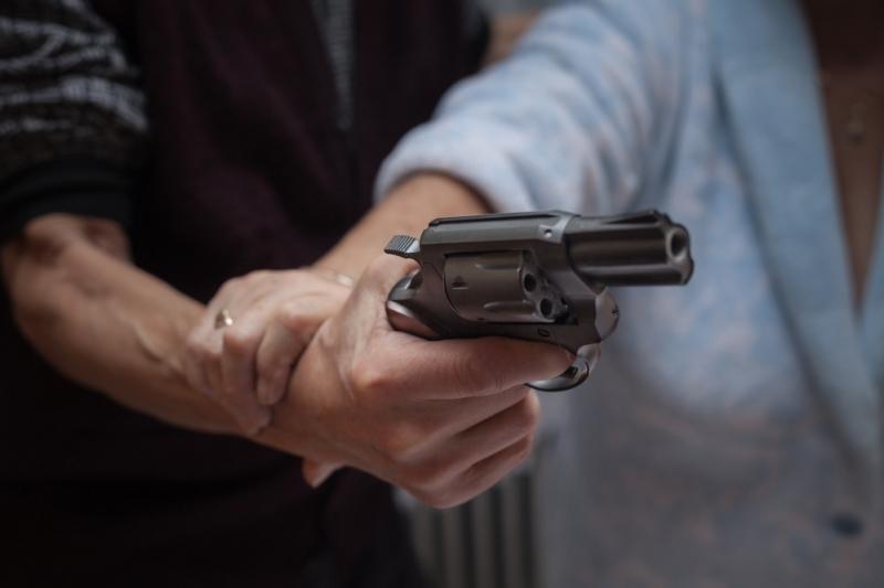 Снимка: Екшън! Побеснял баща заплаши гаджето на дъщеря си с пистолет