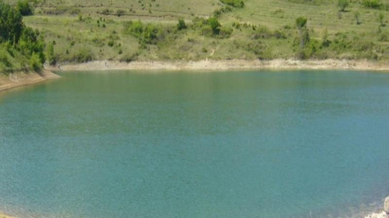 Водите на язовира край Омуртаг са с жълтозелен цвят. След