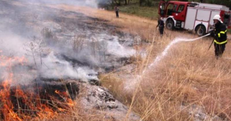 Девет пожара в сухи треви и храсти са гасили вчера