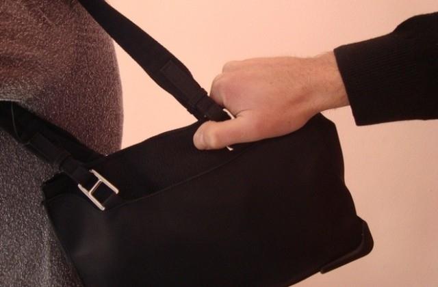 Крадци са свили дамската чанта на жена, посетила ломската болница,