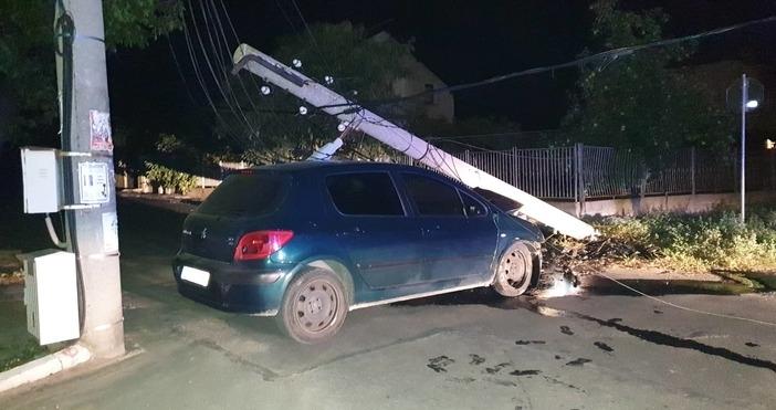 Автомобил се удари в ел. стълб на входа на Крън.
