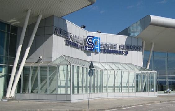 Часове наред стотици пътници бяха блокирани на летище София заради