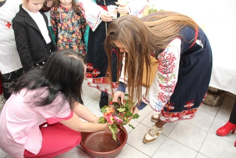 """Снимка: Доброволци от Мездра и Зверино извършиха ритуала """"измиване на ръцете на бабата"""""""