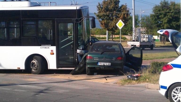 Двама младежи пострадаха при катастрофа между автобус и кола в