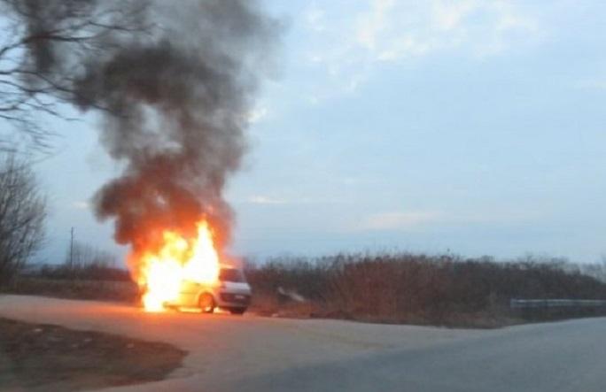 Лек автомобил се е запалил в движение във Видинско, съобщиха