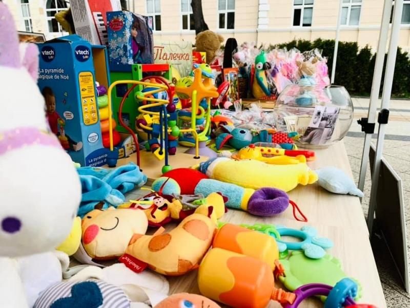 """Благотворителен базар """"Дари Любов"""" подредиха във Враца, съобщиха от местната"""