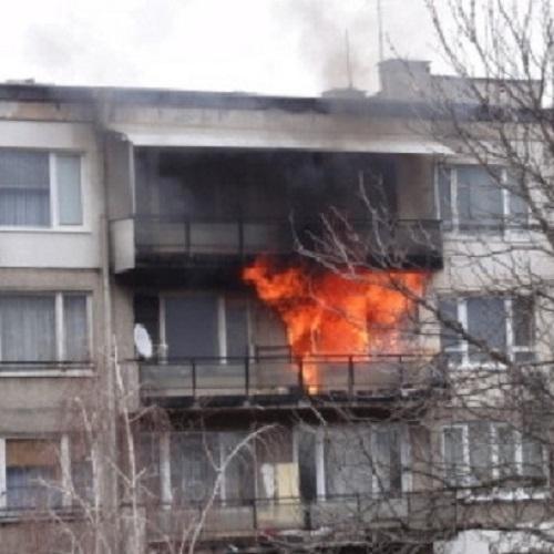 Снимка: Огнен ад! Апартамент горя в Мездра