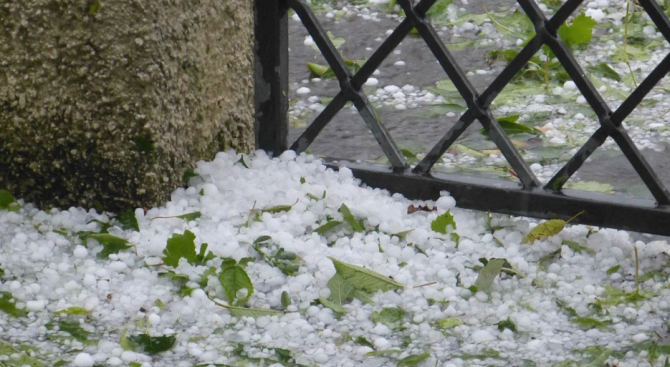 Буря с гръмотевици, вятъри градушкасе изви над Костинброд преди половин