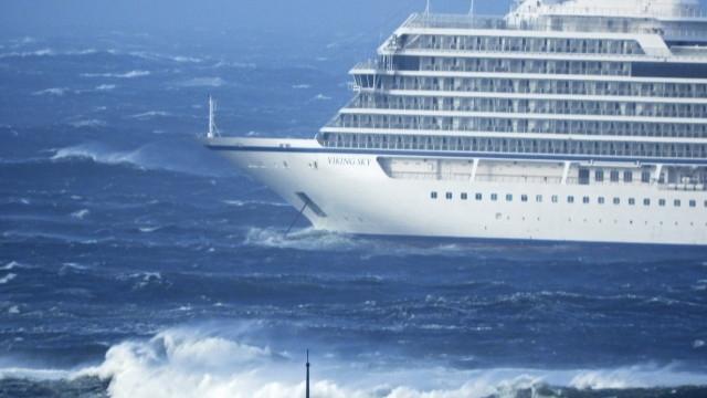 Спасителни хеликоптери евакуираха хора от круизния кораб, претърпял повреда на