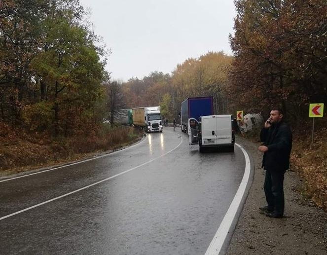 Тежка катастрофа между ТИР и цистерна затруднява движението по главен