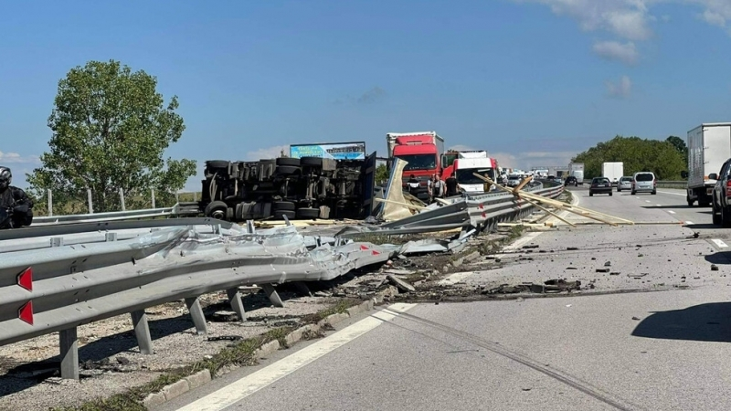 """Катастрофа с ТИР затруднява движението на автомагистрала """"Тракия"""", съобщиха за"""