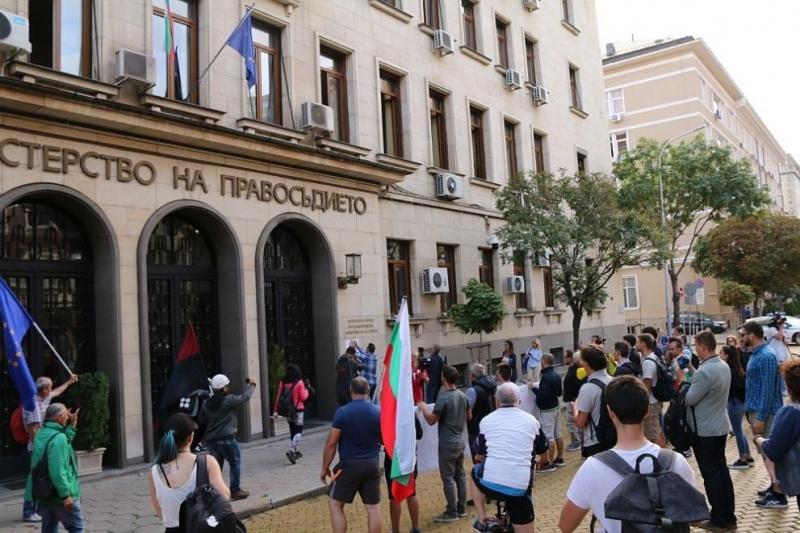 Протестиращи начело с БОЕЦ нахлуха в сградата на Министерството на
